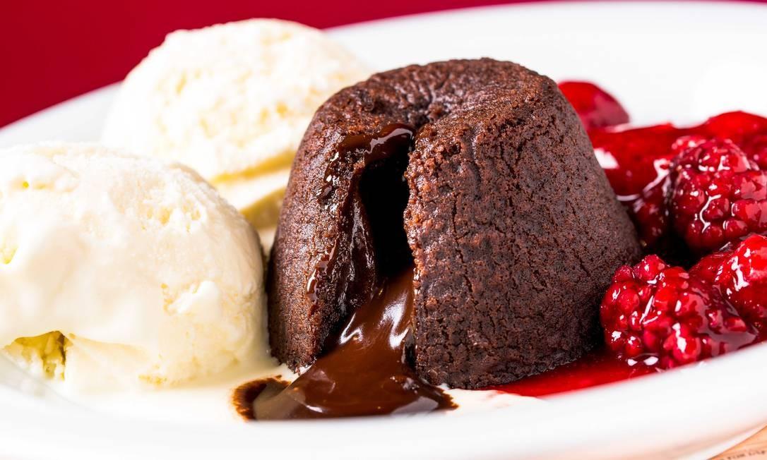No Ráscal, o petit gâteau com duas bolas de sorvete de creme pode vir com calda de frutas vermelhas ou purê de manga com maracujá Foto: / Divulgação/Frederico de Souza