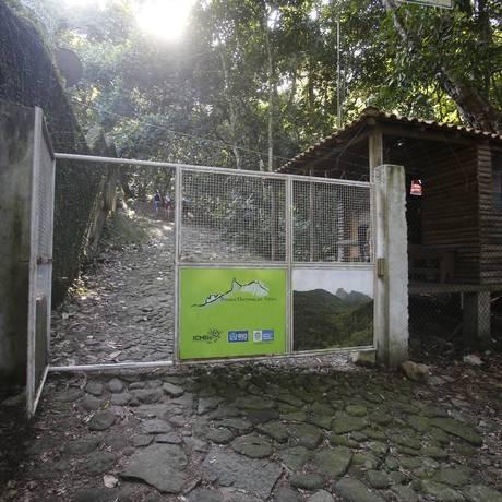 Guarita. No início da trilha da Pedra da Gávea, seguranças anotam o nome e o contato de quem faz a subida Foto: Felipe Hanower