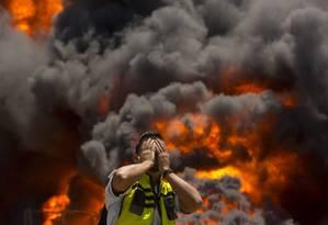 Bombeiro palestino se desespera durante incêndio em usina elétrica causado por ataque da ofensiva israelense em Gaza Foto: WISSAM NASSAR / Agência O Globo