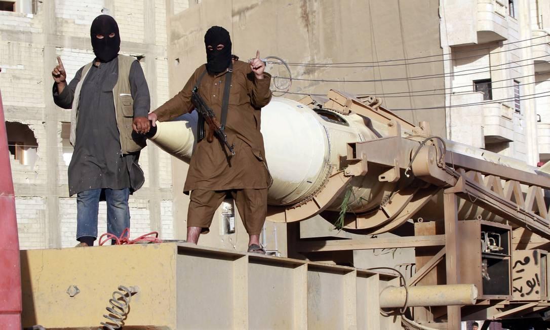 Militantes do estado Islâmico durante uma desfile pelas ruas da província de Raqqa, no Norte da Síria Foto: / Reuters