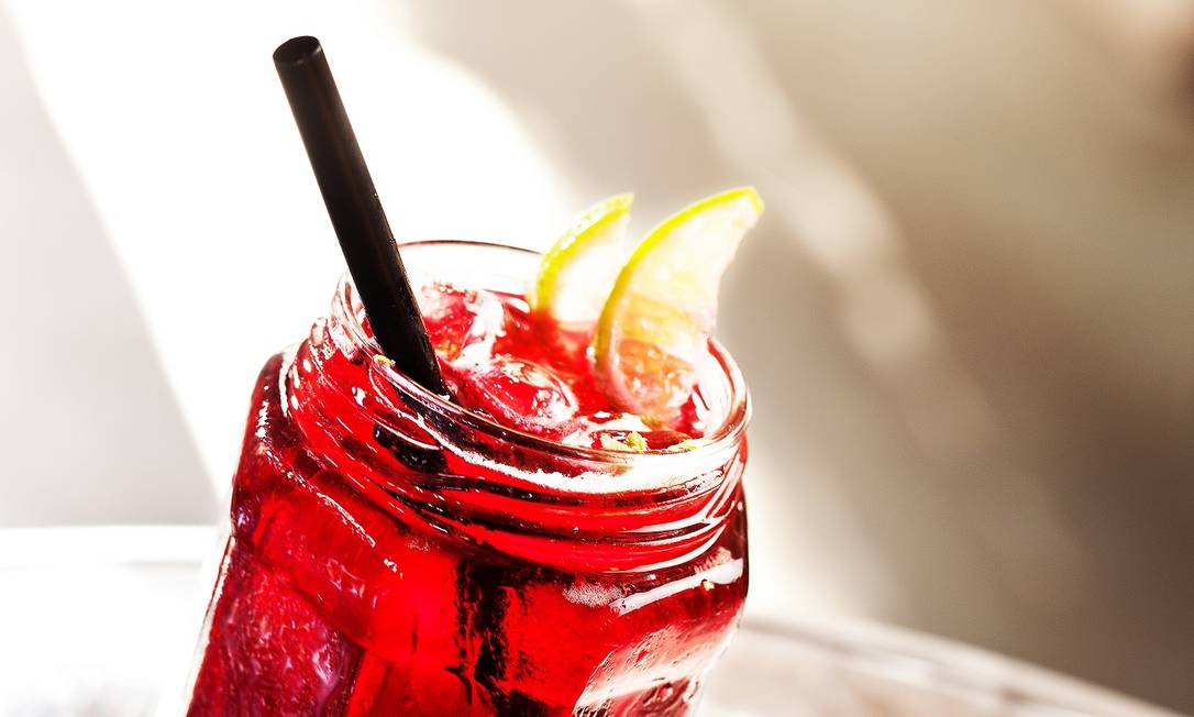 No Meza Bar, o pote abriga o coquetel com Ketel One vodca, licor de cassis, cranberry, limão e soda Foto: Divulgação / Rafael Mosca