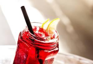 No Meza Bar, a Geisha Soda Pop vem com Ketel One vodka, licor de cassis, cranberry, limão e soda Foto: Rafael Mosca / Divulgação