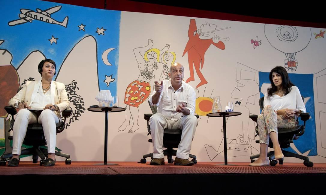 A sul-africana Rene Uren (à esquerda), Jailson de Souza Silva, um dos fundadores do Observatório de Favelas, e a antropóloga Paula Miraglia participam da primeira mesa desta terça-feira, segundo dia da Flip Foto: Márcia Foletto / Agência O Globo