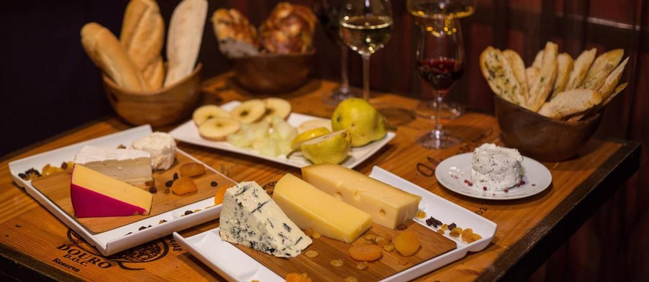 Mesa de queijos e vinhos, do chef executivo Airton Aragão, no Cavist de Ipanema Foto: Cecilia Acioli/ O Globo