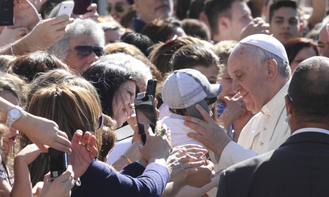 Papa Francisco depois de uma visita à prisão de Castrovillari, na Itália, em junho deste ano: doação é um dos conselhos dele para a felicidade Foto: Adriana Sapone / AP