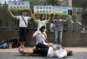 Ativistas LGBT protestam contra 'cura gay' na China, em frente a tribunal de justiça de Pequim Foto: Ng Han Guan / AP