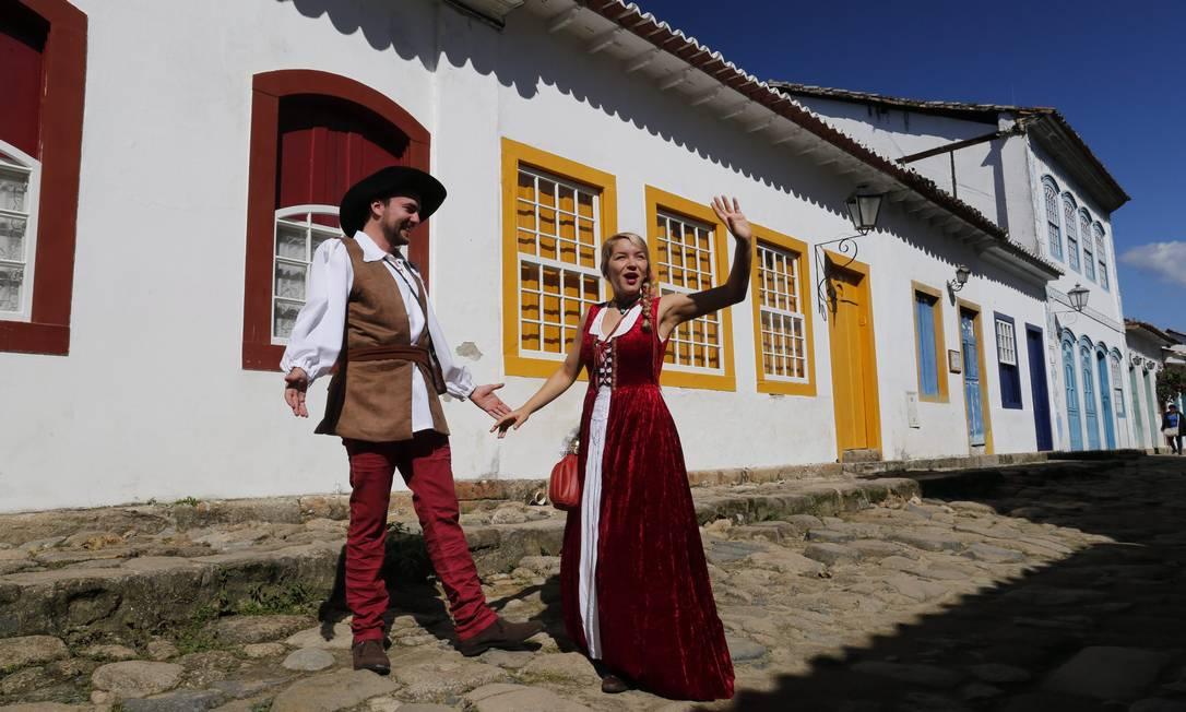 Em mais um dia de sol em Paraty, Eliza Morenno e João Pedro Fagerlande declamam textos de Shakespeare pelas ruas da cidade Foto: André Teixeira / Agência O Globo