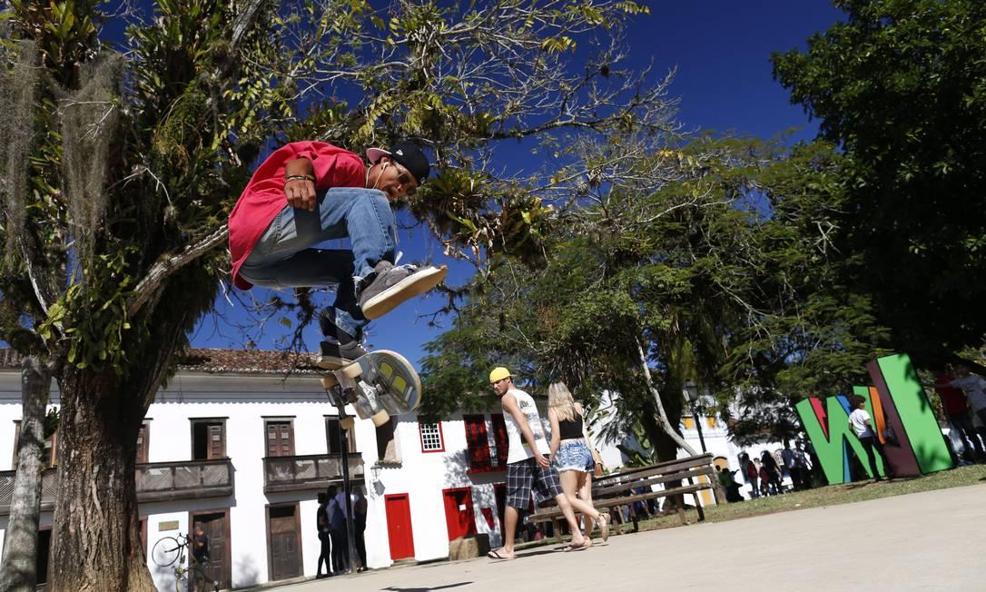 William Silva faz manobras com seu skate na Praça da Matriz, que virou um ponto de encontro de praticantes do esporte depois de ser reformada Foto: André Teixeira / Agência O Globo