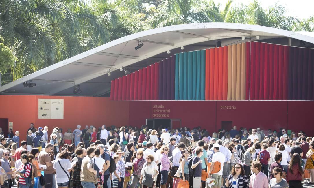 Desde as primeiras horas da manhã, o movimento de pessoas era grande para tentar um lugar — na sombra — na Tenda dos Autores Foto: Márcia Foletto / Agência O Globo
