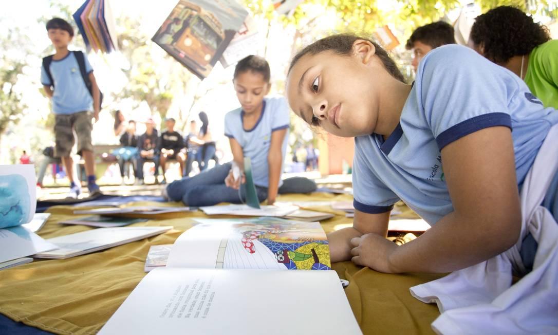 A menina Marcelle Almeida de Souza, de 8 anos, foi à Flip junto com a turma da escola municipal Frei Fernando, de Angra dos Reis Foto: Márcia Foletto / Agência O Globo