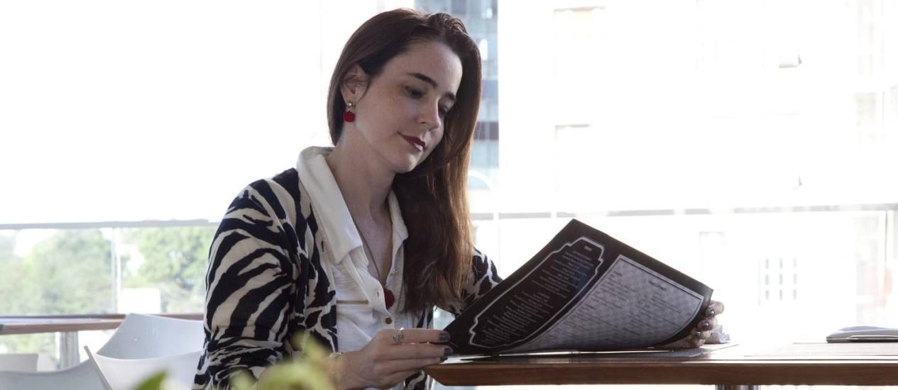 A economista Christina Ossich almoça num restaurante do Rio: 'para mim, quanto mais transparente for o cardápio, melhor' Foto: Freelancer / Agência O Globo
