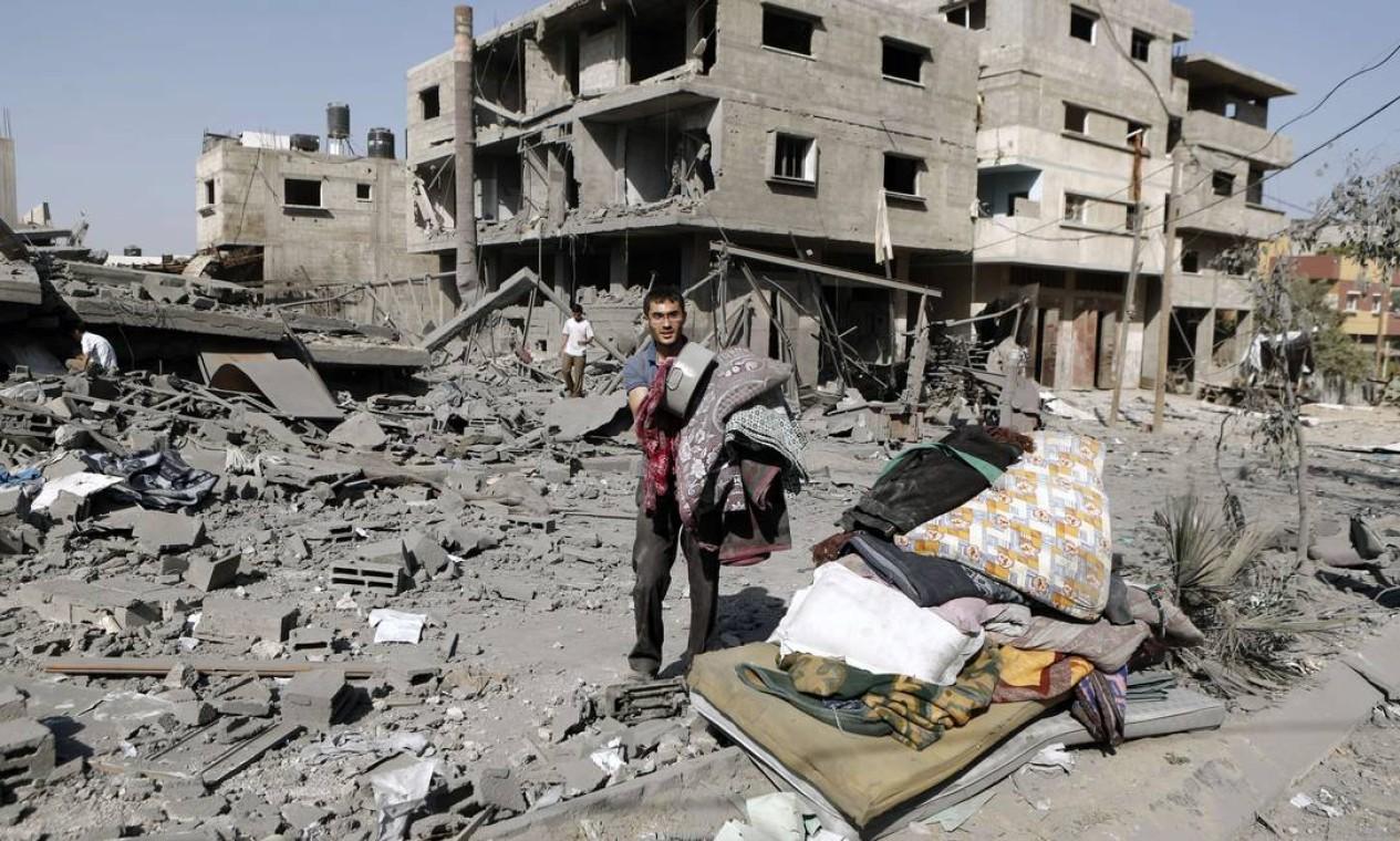 Palestinos tentam recuperar seus pertences em Jabaliyah Foto: MOHAMMED ABED / AFP