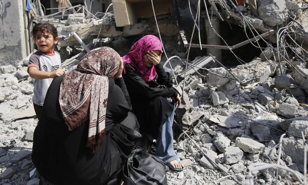 Mulheres palestinas choram diante dos escombros de suas casas em Beit Hanoun, na Faixa de Gaza Foto: Hatem Moussa / AP