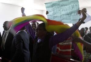 Ativistas LGBT em Uganda comemoram anulação da lei que endureceu penas para homossexuais Foto: ISAAC KASAMANI / AFP