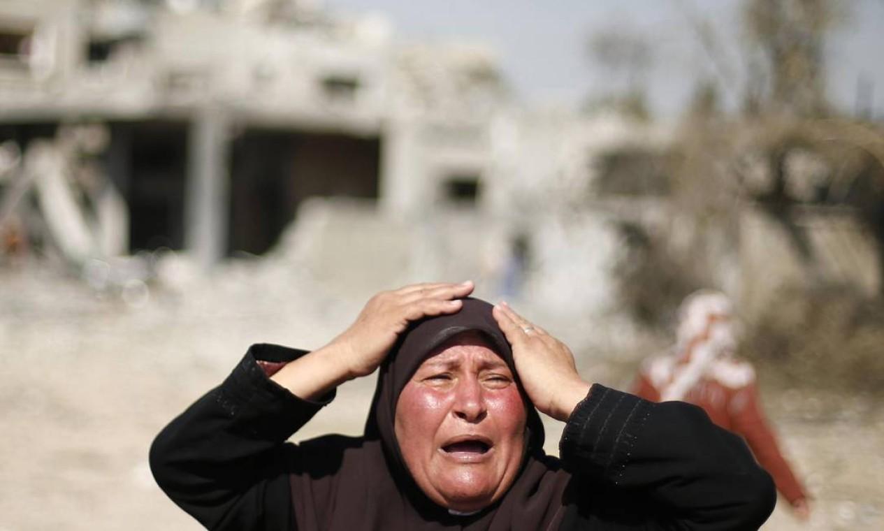 Uma mulher palestina reage ao ver sua casa destruída na cidade de Beit Hanoun Foto: SUHAIB SALEM / REUTERS