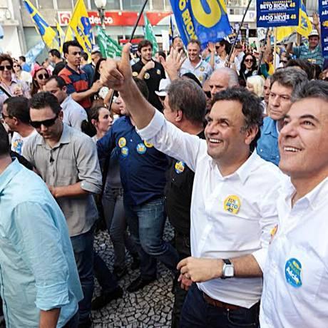 O candidato à presidência pelo PSDB, Aécio Neves, faz caminhada em Curitiba ao lado do governador do Paraná, Beto Richa Foto: Divulgação - Orlando Brito/Coligação Muda Brasil