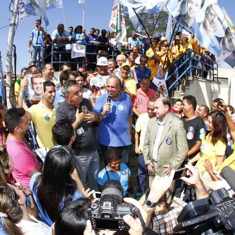 Pezão faz caminhada em Queimados com os candidatos Cesar Maia e Jorge Picciani Foto: Divulgação