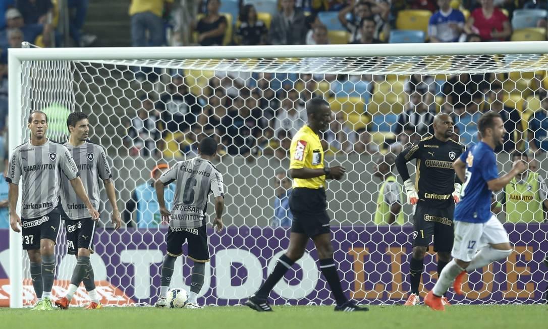 Jogadores do Botafogo lamentam o gol de empate do Cruzeiro, marcado por Léo (fora da foto) no segundo tempo Foto: Alexandre Cassiano / Agência O Globo
