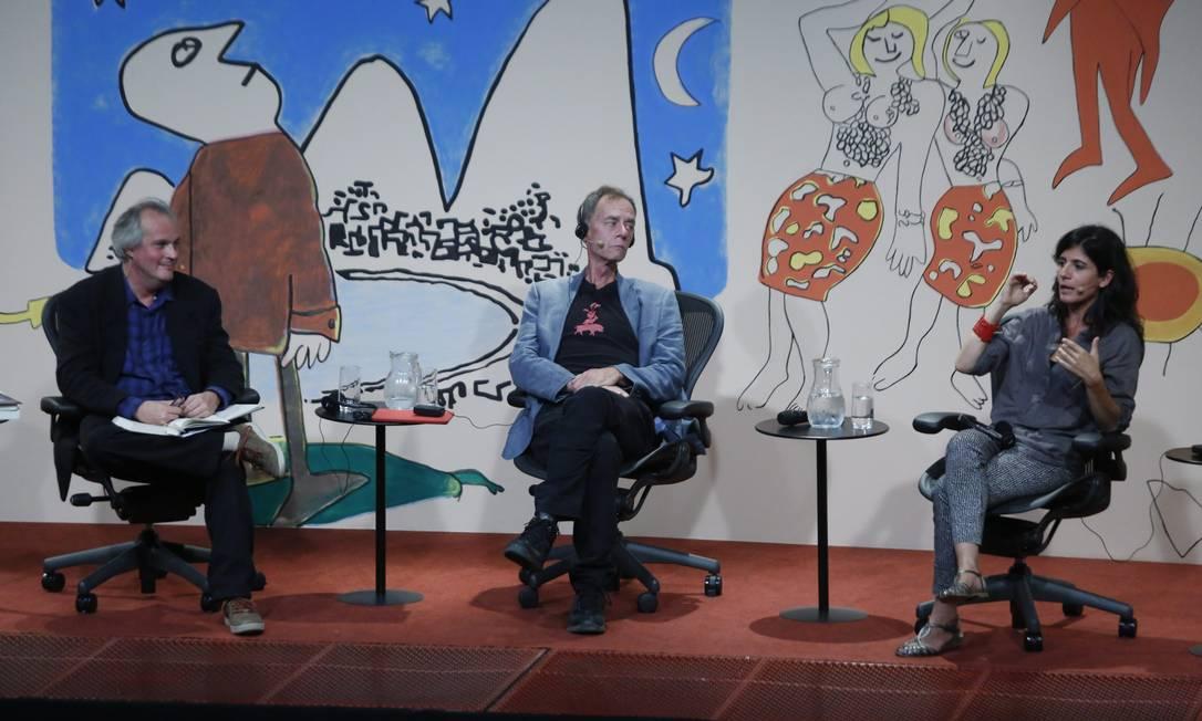 David Carr (centro) e Graciela Mochkofsky debateram conflitos e desafios do jornalismo quando este se encontra com o poder Foto: Felipe Hanower / Agência O Globo