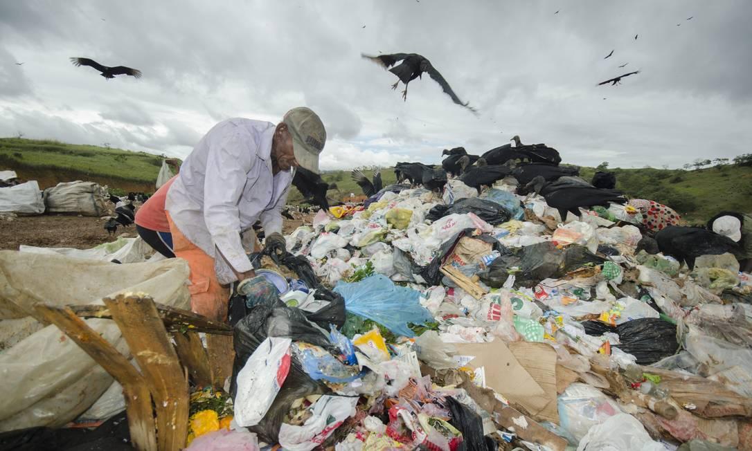 Último lixão da Baixada Fluminense, o aterro em Japeri deve ser fechado até o final do ano Foto: / Mazé Mixo / Agência O Globo