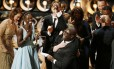 O diretor Steve McQueen recebe o Oscar de Melhor Filme de '12 anos de escravidão' ao lado do elenco do longa