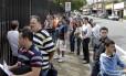 Fila no consulado dos Estados Unidos, em São Paulo: embaixada do país disse nesta segunda que visto pode demorar mais que o comum para sair