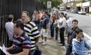 Fila no consulado dos Estados Unidos, em São Paulo: embaixada do país disse nesta segunda que visto pode demorar mais que o comum para sair Foto: Marcos Alves/20-01-2011 / Agência O Globo