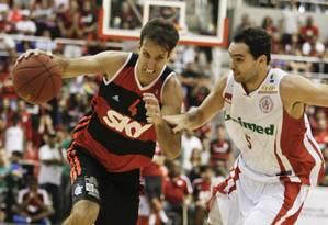 Marcelinho tenta fugir da marcação do adversário na final do NBB Foto: Guito Moreto/Agência O Globo