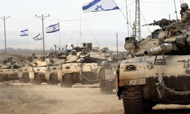 Tanques israelenses são vistos perto da fronteira entre Israel e a Faixa de Gaza enquanto eles retornam para o enclave costeiro palestino controlado pelo Hamas