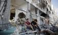 A Operação Limite Protetor, que está em seu 29º dia, já deixou mais de 1.850 palestinos e 67 israelenses mortos. Palestinos observam os destroços das casas destruídas durante a ofensiva israelense