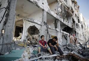 A Operação Limite Protetor, que está em seu 29º dia, já deixou mais de 1.850 palestinos e 67 israelenses mortos. Palestinos observam os destroços das casas destruídas durante a ofensiva israelense Foto: FINBARR O'REILLY / REUTERS