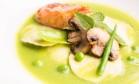 O ravióli de ervilhas e hortelã com salmão fresco caramelado do Mira!, na Casa Daros Foto: Divulgação/Tomas Rangel