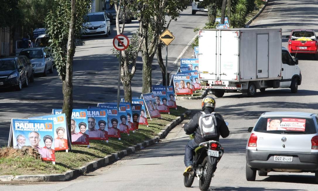 Na foto, placas de candidatos do PT espalhadas pela rua Fernão Dias Paes Leme, em São Bernardo do Campo Foto: Michel Filho / Agência O Globo