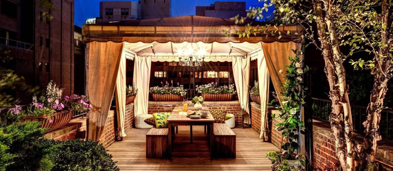 Uma das áreas do charmoso terraço de família carioca que vive em Manhattan Foto: New York Times