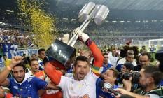 Goleiro Fábio, capitão do Cruzeiro, levanta o troféu do Campeonato Brasileiro de 2013 Foto: Pedro Vilela / Agência O Globo