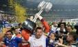 Goleiro Fábio, capitão do Cruzeiro, levanta o troféu do Campeonato Brasileiro de 2013