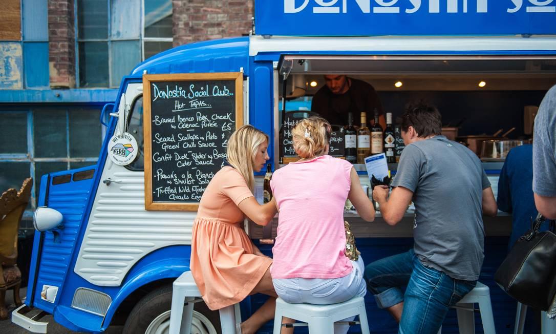 Truck food no Kerb King's Cross, o templo da comida de rua em Londres, indicado pelo chef Alain Ducasse em seu livro Foto: Divulgação / Kate Beard