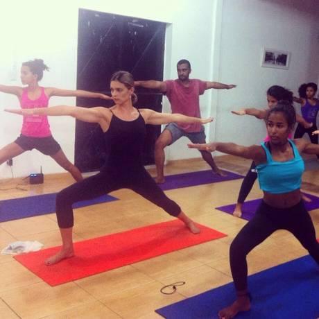 Fernanda Lima dá aula de ioga Foto: Divulgação