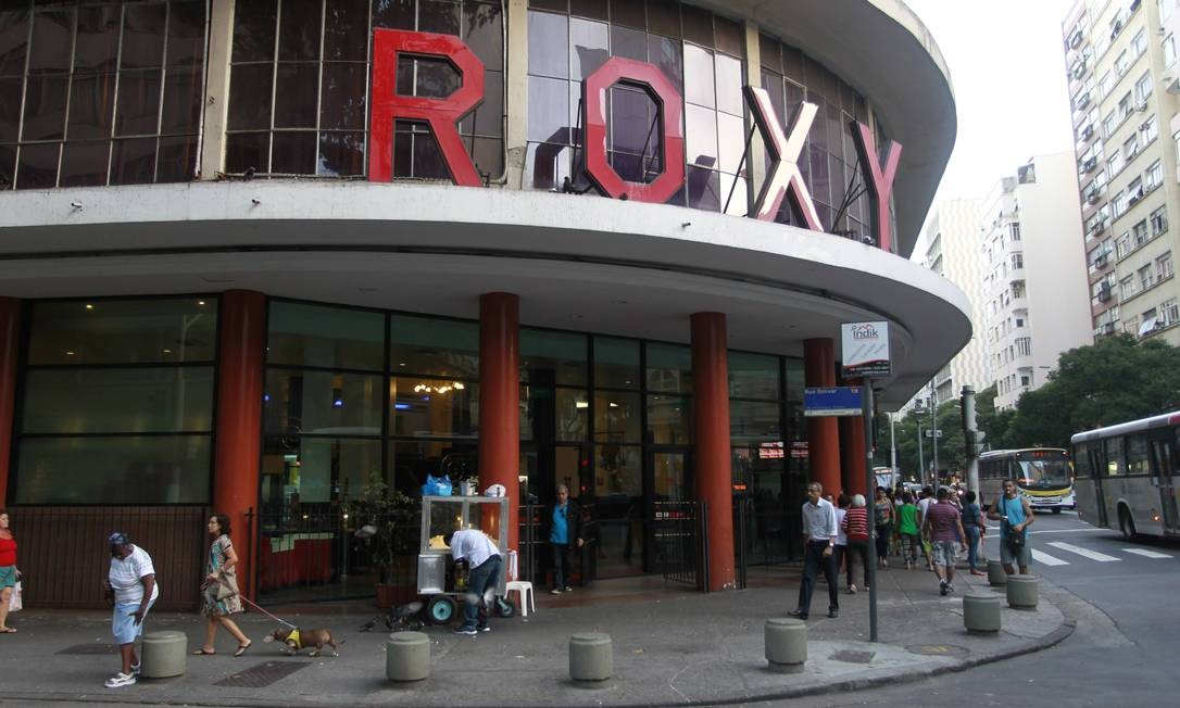 O Roxy, em Copacabana, um dos poucos cinemas de rua ainda em atividade no Rio: a concorrência dos shoppings é um dos fatores para a escassez de salas Foto: Domingos Peixoto / Agência O Globo