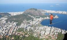 Em ação. Melo levou 12 horas para montar os equipamentos necessários à aventura Foto: Felipe Hanower/Agência O Globo