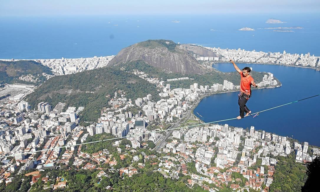 Em ação. Melo levou 12 horas para montar os equipamentos necessários à aventura Foto: / Felipe Hanower/Agência O Globo