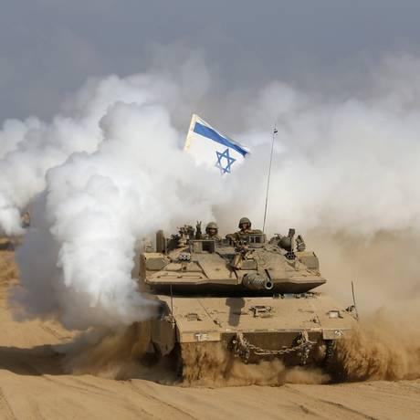 Tanque israelense na fronteira com a Faixa de Gaza: confronto fez cinema e teatro londrino cancelar festival Foto: BAZ RATNER / REUTERS