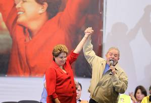 Junto com o ex-presidente Lula, Dilma Rousseff faz ato de campanha com sindicalistas em São Paulo Foto: Marcos Alves / O Globo