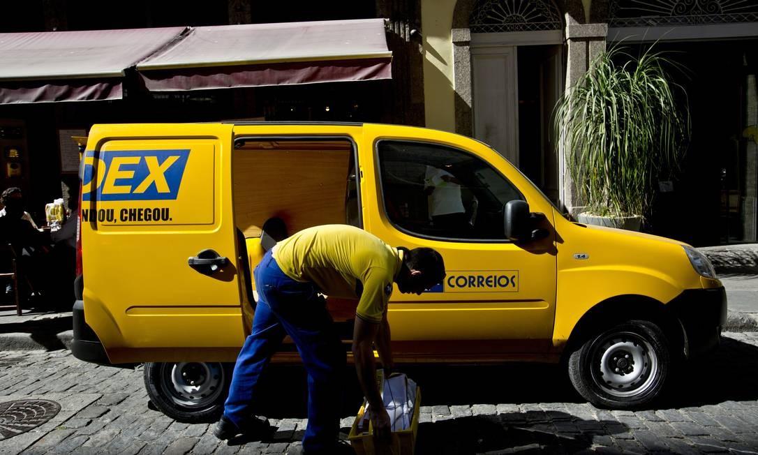 Funcionário dos Correios no Rio: fundo de pensão foi afetado por investimentos ruins Foto: Dado Galdieri / Bloomberg