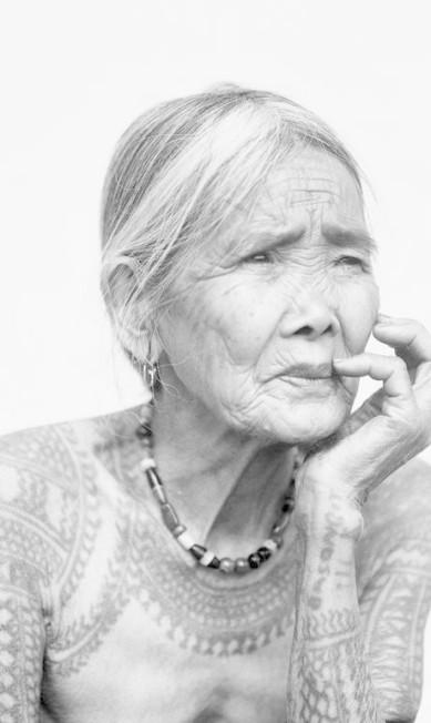 Imagem de série feita pelo fotógrafo Jake Verzosa para registrar as últimas mulheres tatuadas segundo a tradição kalinga (Filipinas, 2011) Foto: Divulgação/Jake Verzosa/Coleção do Artista / Agência O Globo