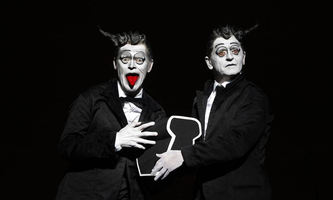 """Mikhail Baryshnikov e Willem Dafoe no espetáculo """"A velha"""", de Bob Wilson Foto: Divulgação/ Lucie Jansch"""
