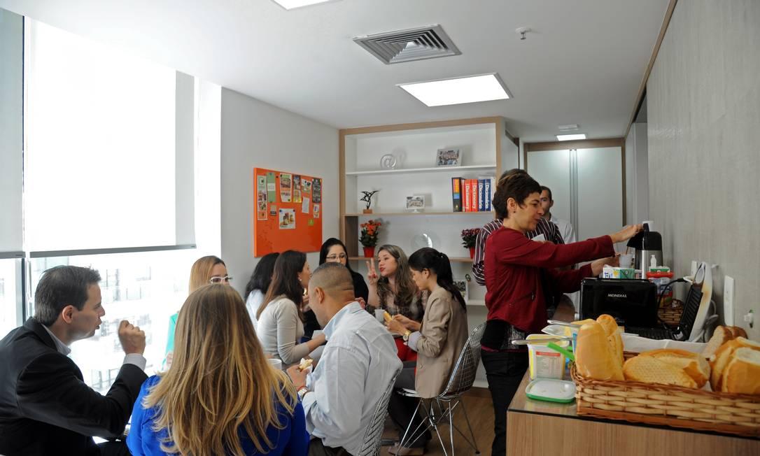 Equipe da Lundbeck Brasil, uma das estreantes do ranking, toma café da manhã no Espaco de Convivência Foto: Adriana Lorete / Agência O Globo