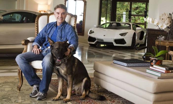 O empresário Eike Batista em sua casa. Ao fundo, a Lamborghini 'decorativa' Foto: Paulo Vitale / Veja
