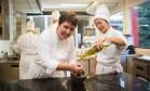 Comunhão de princípios. A chef estrelada Roberta Sudbrack (à esquerda) ao lado de seu braço direito, a mineira Lydia Shiihara Foto: O Globo / Cecilia Acioli