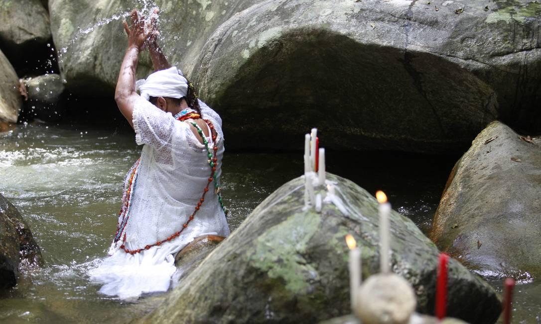 Adepta de umbanda no Parque Ecológico dos Orixás: religiões afro-brasileiras já foram caso de polícia Foto: Domingos Peixoto / Agência O Globo